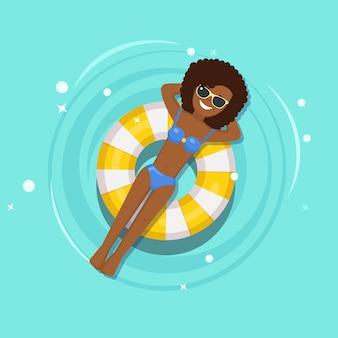 Lächeln mädchen schwimmt, bräunen auf luftmatratze, rettungsboje im schwimmbad. frau, die auf strandspielzeug, gummiring schwimmt. unfähiger kreis auf dem wasser. sommerferien, ferien, reisezeit.