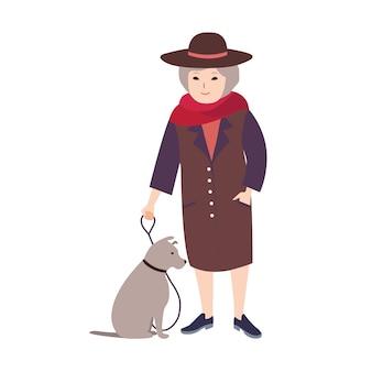 Lächelnde alte dame gekleidet in eleganter kleidung, die in der leine grauen hund hält, der neben ihr sitzt. weibliche karikaturfigur, die ihr haustier lokalisiert auf weißem hintergrund geht. farbige illustration.