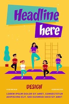 Lächelnde kinder, die im yoga-kurs trainieren
