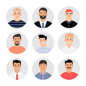 Lächelnde männer stehen avataren gegenüber. männliches avatar-set isoliert, verschiedene erwachsene menschliche männliche gesicht in anzug und hemd, vektorpullover und t-shirt gesetzt, leute köpfe für geschäftsporträts