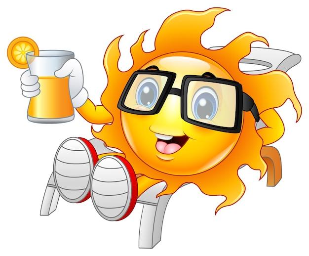 Lächelnde sonne, die orangensaft zeigt