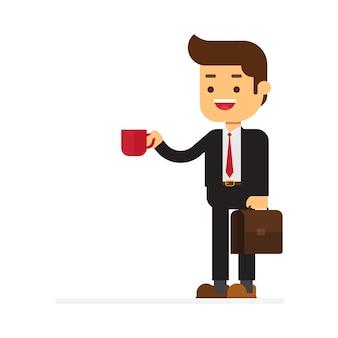 Lächelnder geschäftsmann in der suite mit tasse kaffee