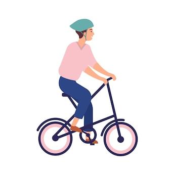 Lächelnder mann im helm, der tragbares fahrrad reitet.