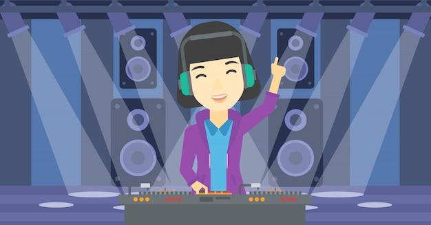 Lächelndes dj, das musik auf drehscheiben mischt.