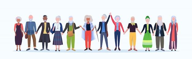 Lässige reife männer frauen stehen zusammen lächelnd senior grauhaarige mix race menschen tragen trendige kleidung männliche weibliche comicfiguren in voller länge weißen hintergrund horizontal