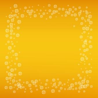 Lagerbier. hintergrund mit handwerksspritzen. oktoberfestschaum. orangefarbenes menülayout. schaumbier mit realistischen blasen. kühles flüssiges getränk für pab. goldbecher für bierhintergrund.