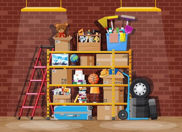 Lagerraum oder hauskellerinnenraum. moderner lagerraum. metallregale mit haushaltsgegenständen. regal voller kartons, treppe, reinigungszubehör und möbel. flache vektorillustration