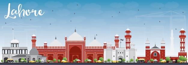 Lahore skyline mit grauen, roten sehenswürdigkeiten und blauem himmel.