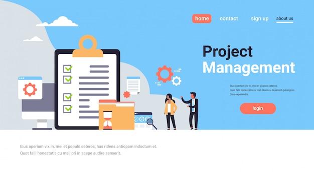 Landing page oder web template mit checkliste umfrage projektmanagement, geschäftsmann und frau zusammenarbeiten