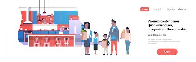 Landing page oder web template mit illustration der afroamerikanischen familie, die taschen mit lebensmittelprodukten hält