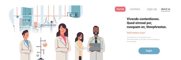 Landing page oder web template mit illustration von wissenschaftlern, die im labor arbeiten und mit reagenzgläsern forschen