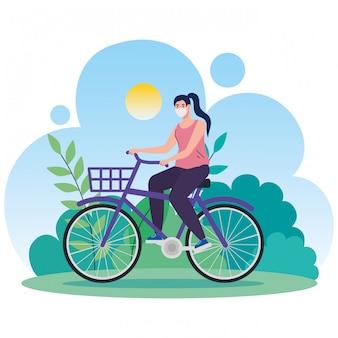 Landschaft mit frau unter verwendung der gesichtsmaske im fahrrad