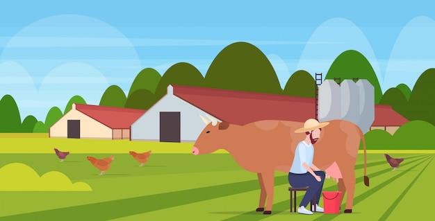 Landwirt melkt kuh im eimer frische milch haustier rinder öko-landwirtschaft zuchtkonzept ackerland landschaft landschaft in voller länge horizontal