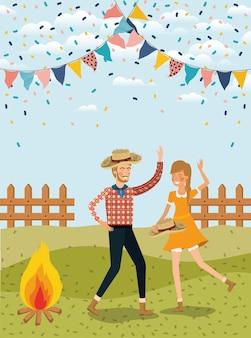 Landwirtpaare, die mit girlanden und zaun feiern