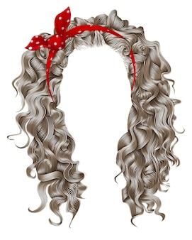 Lange lockige haare mit roter schleife. hellblonde farben. schönheit modestil.