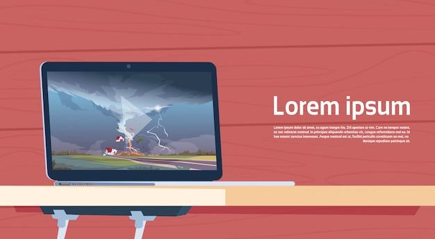 Laptop-computer, die das video des verdrehens des tornados bauernhof-hurrikan-landschaft des sturm-wasserspuckers im landschafts-naturkatastrophen-konzept zerstörend spielt