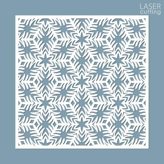 Lasergeschnittene quadratische ziertafel mit schneeflockenmuster.
