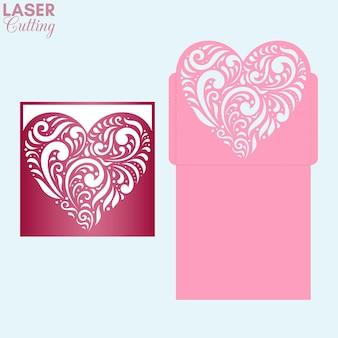 Lasergeschnittener taschenumschlag mit gemustertem herzen. valentinstag grußkarte vorlage.