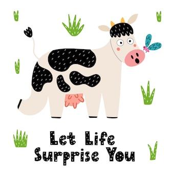 Lassen sie sich vom leben überraschen, wenn sie mit einer niedlichen kuh drucken. lustige kuh überrascht von dem schmetterling auf ihrer nase. karte für kinder. illustration