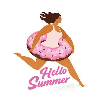 Laufendes mädchen mit dem aufblasbaren pool des süßen donuts schwimmt.
