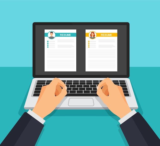 Lebenslauf bewerbungssatz. geschäftsmann und -frauen nehmen form auf laptop-anzeige wieder auf. suchen und wählen sie professionelles personal aus. rekrutierung und beschäftigung. bewerbungsgesprächskonzept.