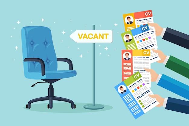 Lebenslauf des lebenslaufs in der hand über dem bürostuhl. vorstellungsgespräch, einstellung, suche nach arbeitgeber, einstellung