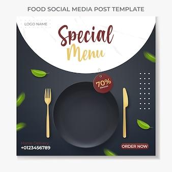 Lebensmittel social media post vorlage illustration vektor mit realistischen schwarzen platte Premium Vektoren