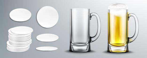 Leer und voller bierglasbecher und untersetzer mit weißem kreis in stapel- und draufsicht. vektor realistisches bier mit schaum in klarem becher und leeren pappmatten