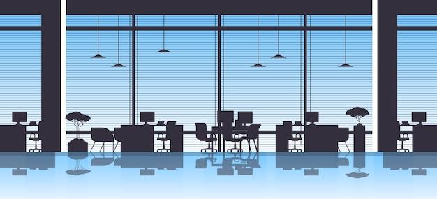 Leere bürotische am arbeitsplatz mit desktop-computern keine personen offener raum innenillustration