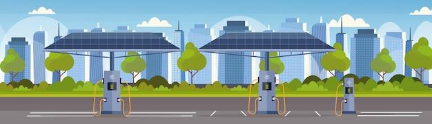 Leere elektrische ladestation mit sonnenkollektoren erneuerbare umweltfreundliche transportumgebung pflegekonzept moderner stadtbildhintergrund horizontal