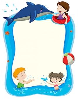 Leere fahne mit den kindern, die im wasser spielen
