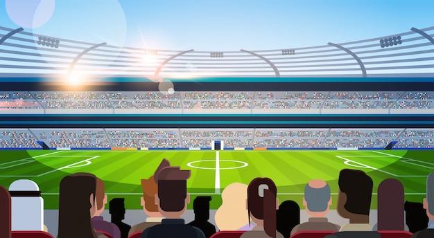 Leere fußballstadionfeldschattenbilder von fans, die auf die rückansicht der flachen horizontalen horizontale warten