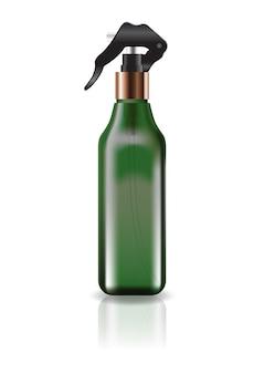 Leere grüne kosmetische quadratische flasche mit sprühkopf.
