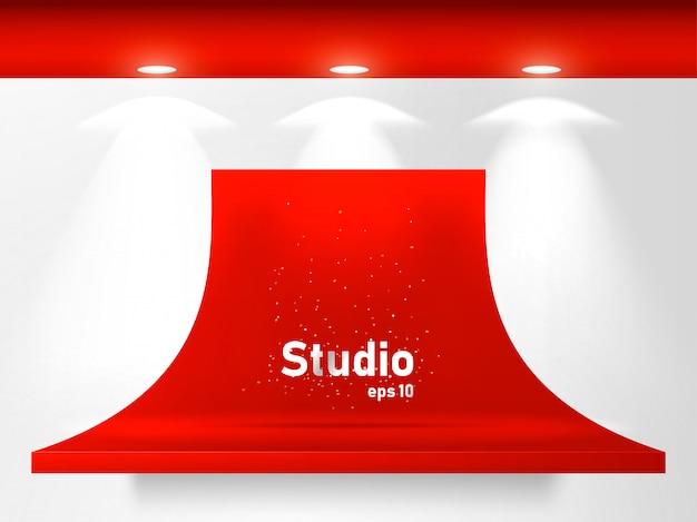 Leere helle rote tabelle im studioraum für das anzeigen des zufriedenen designs.