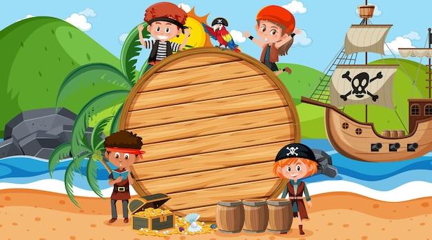 Leere holzfahnenschablone mit piratenkindern an der strandtagesszene
