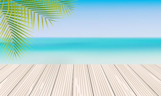 Leere holztisch- und palmblätter mit unscharfem strandhintergrund