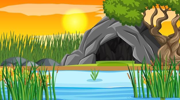 Leere landschaftsszene der höhle im wald bei sonnenuntergang