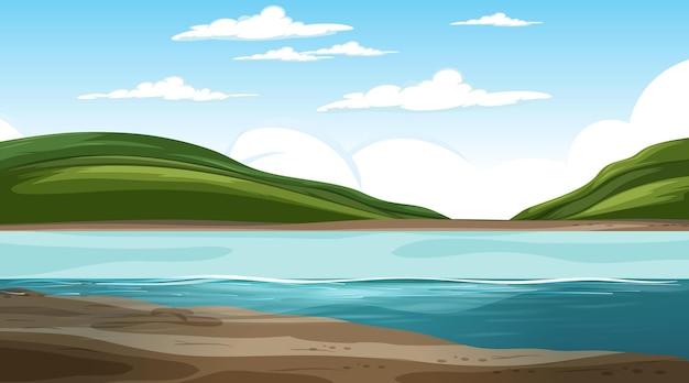 Leere naturlandschaft in der tagesszene mit berghintergrund