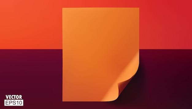 Leere orange blätter mit gefalteten ecken.
