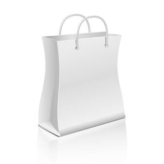 Leere papiereinkaufstasche getrennt auf weiß. vector schablonentasche für werbung und branding. illust