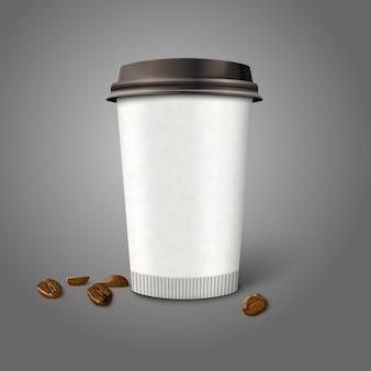 Leere realistische papierkaffeetasse mit bohnen, lokalisiert auf grauem hintergrund.