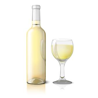 Leere realistische weißflasche für weißwein mit einem glas wein