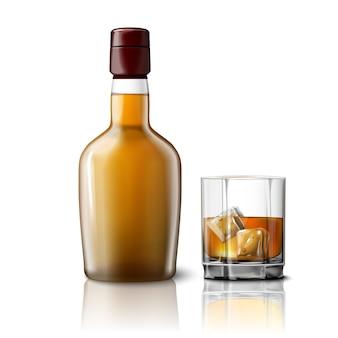 Leere realistische whiskyflasche mit glas whisky und eis, lokalisiert auf grauem hintergrund mit platz für ihr design und branding.