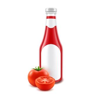Leere rote tomaten-ketchup-flasche aus glas für das branding mit etikett und frischen tomaten, isoliert auf weißem hintergrund