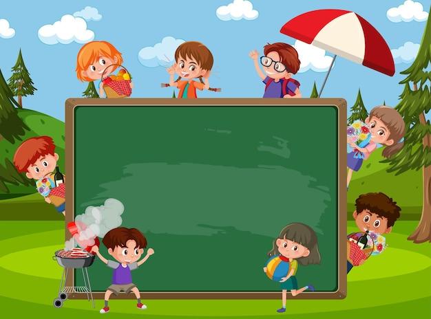 Leere tafel mit vielen kindern in der parkszene