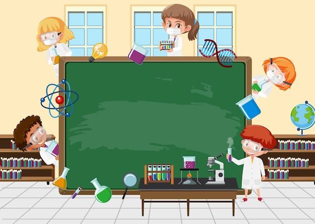 Leere tafel mit wissenschaftlerkinderzeichentrickfilm-figur