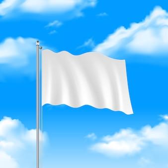 Leere weiße flagge, die auf hintergrund des blauen himmels wellenartig bewegt