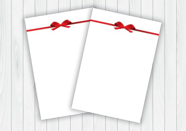 Leere weiße grußkarten des valentinstags mit band