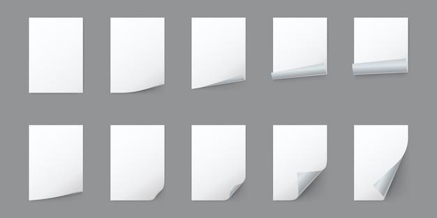 Leere weiße papierblätter mit gekräuselter ecke