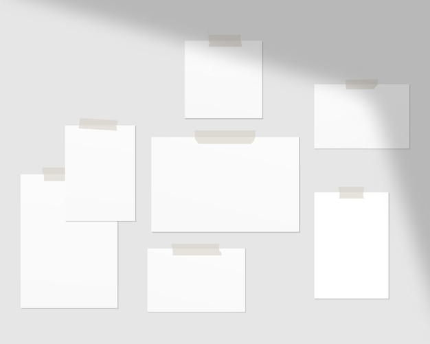 Leere weiße papierbögen an der wand mit schattenauflage.